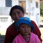 Niña peruana con su madre