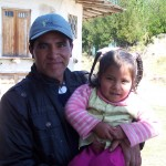 Niña peruana con su padre
