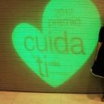 Elvira Jardón, bloguera de moda y colaboradora de Aulas Abiertas, posando con el corazón