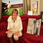 La pintora Iria Blanco posa con su cuadro donado al proyecto Aulas Abiertas