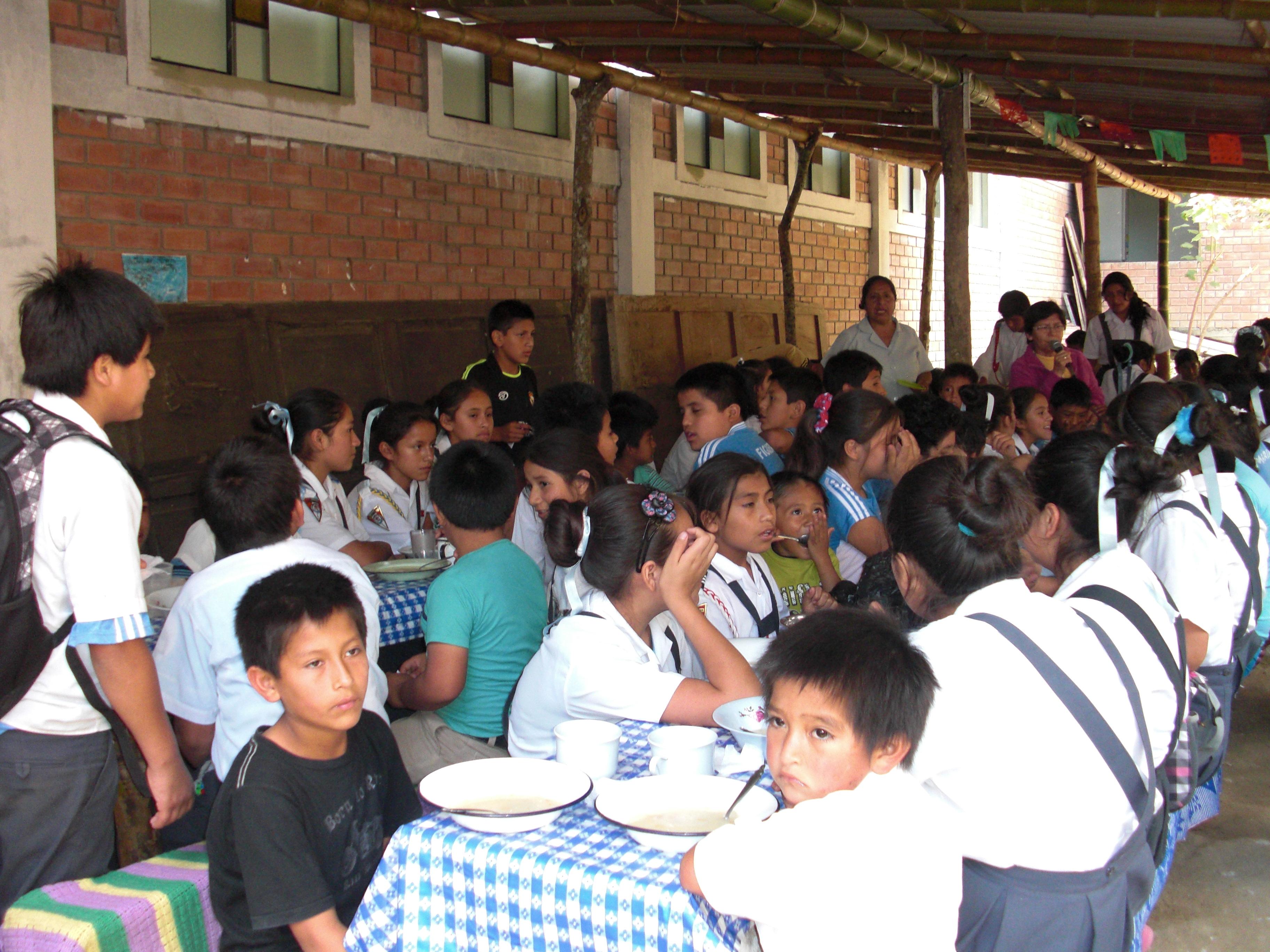 Niños peruanos en el comedor escolar de Aulas Abiertas en La Florida