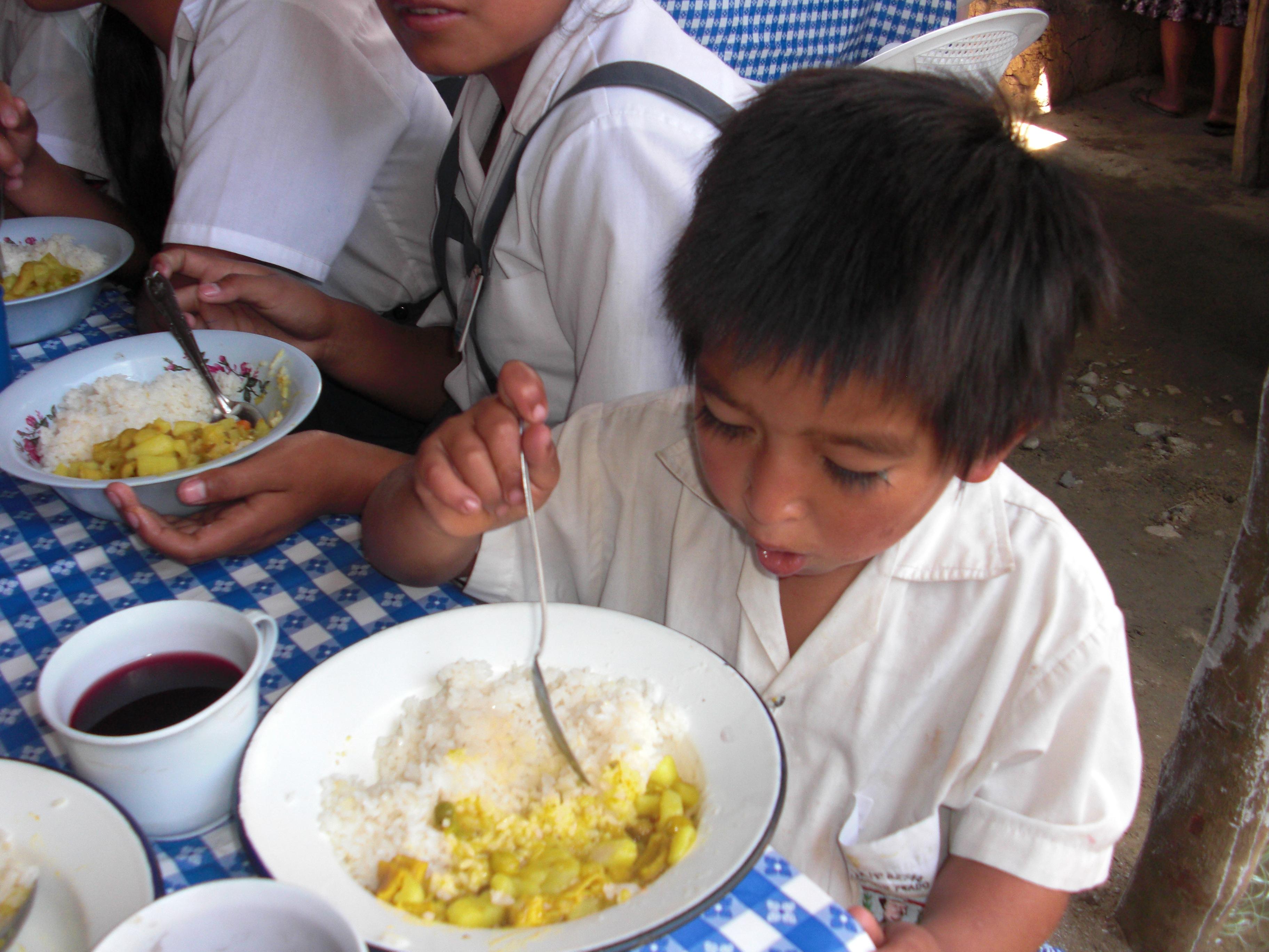 Niño peruano en el comedor escolar de Aulas Abiertas