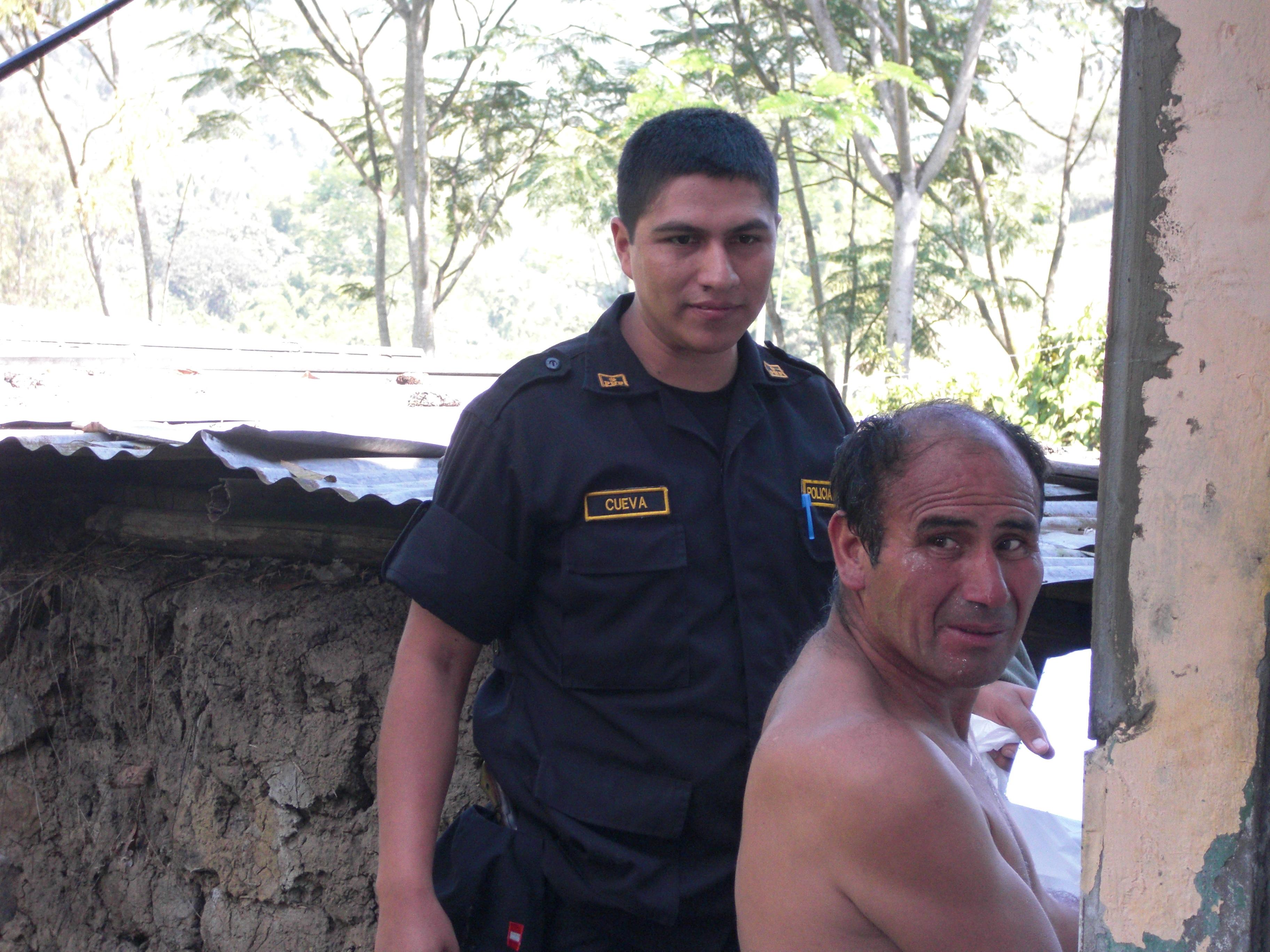 Lucho y un policía