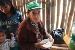 Anciana en el comedor Aulas Abiertas de La Florida (Perú)